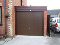 Woodgrain Knight lean to with Brown door